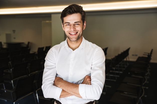 Ritratto di un uomo vestito convenzionale bello sorridente
