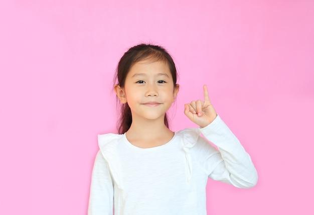 Ritratto del bambino sorridente che fa una promessa di mignolo