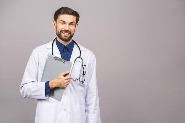 Ritratto della lavagna per appunti maschio sorridente della tenuta di medico
