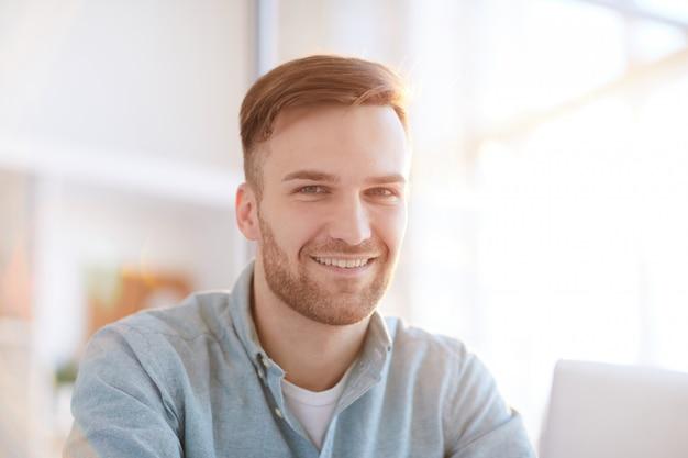 Ritratto di uomo sorridente in ufficio
