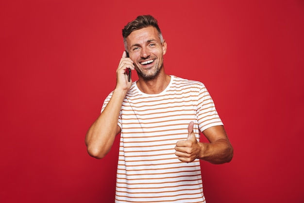 Ritratto di un uomo sorridente in piedi sul rosso