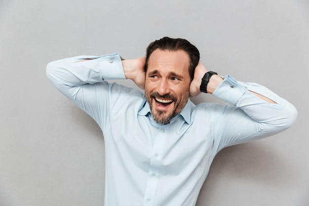 Il ritratto di un uomo maturo sorridente si è vestito in camicia