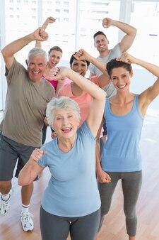Ritratto di persone sorridenti facendo esercizio di fitness potenza