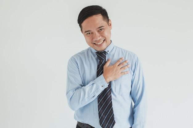 Ritratto di un addetto alle vendite sorridente che indossa camicia e cravatta blu che saluta mentre fornisce un servizio alla telecamera