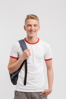 Ritratto di un adolescente sorridente che sta con lo zaino