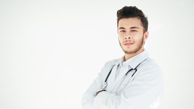 Ritratto di un terapista sorridente su uno sfondo luminoso.foto con copia spazio