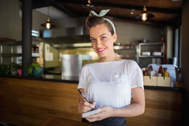 Ritratto di cameriera sorridente nel ristorante