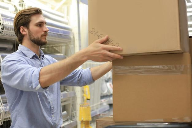 Ritratto di un magazziniere sorridente al lavoro.