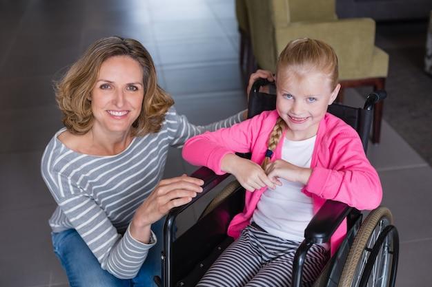 Ritratto di donna sorridente e ragazza disabile