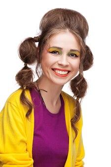 Ritratto di donna sorridente sul muro bianco