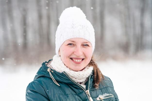 Ritratto di donna sorridente in inverno