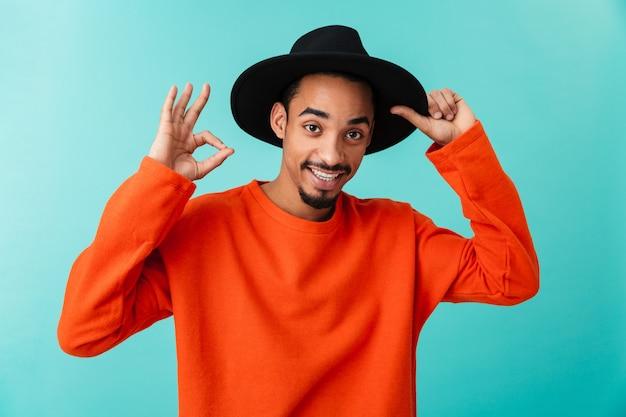 Ritratto di un giovane uomo afroamericano sorridente nel cappello