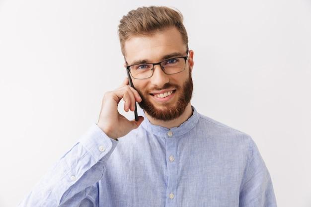 Ritratto di un giovane uomo barbuto sorridente in occhiali