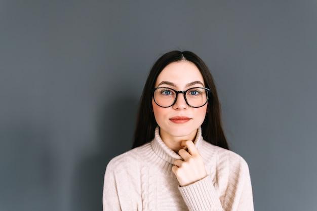 Ritratto di giovane donna caucasica sorridente in occhiali