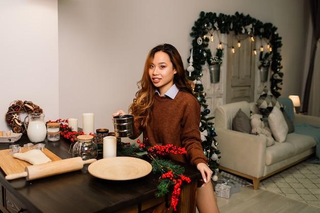 Ritratto di giovane casalinga sorridente in una cucina moderna