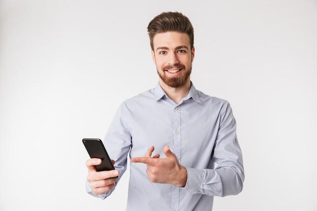 Il ritratto di un giovane sorridente si è vestito in camicia