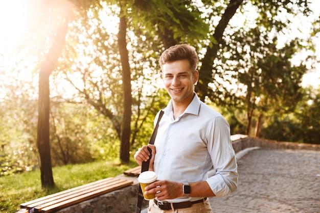 Ritratto di un giovane sorridente vestito in camicia