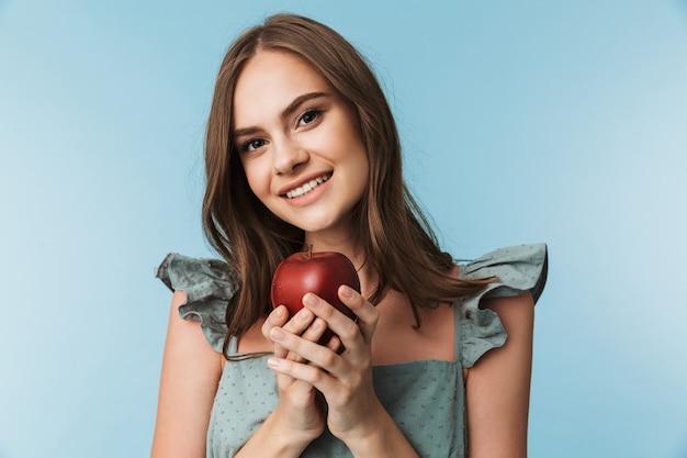 Ritratto di una giovane donna sorridente in abito