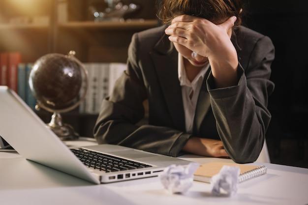 Ritratto di uomo d'affari stressato con diagramma di rete sociale in ufficio.