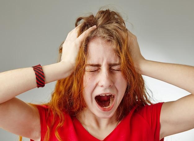 Un ritratto di giovane ragazza triste stressata