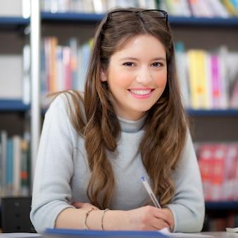 Ritratto di uno studente in una biblioteca