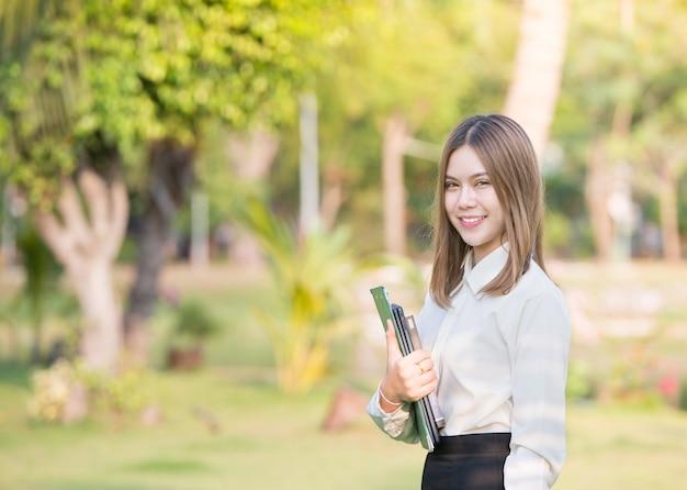 Ritratto della donna teenager dello studente