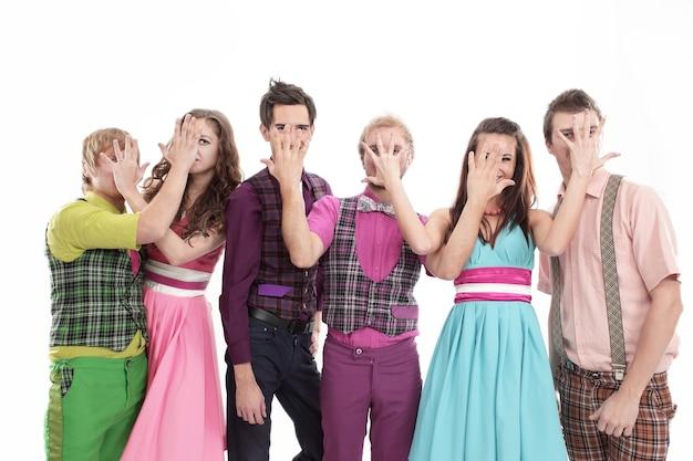 Ritratto di elegante gruppo dance-pop. isolato su uno sfondo bianco.