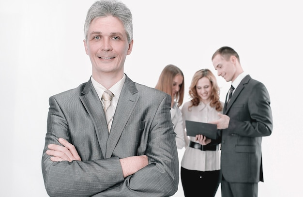 Ritratto di uomo d'affari di successo sullo sfondo dei dipendenti