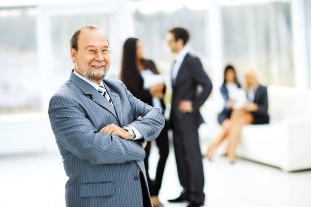 Ritratto di un imprenditore di successo sullo sfondo dell'ufficio
