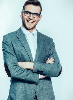 Ritratto di un manager di successo con gli occhiali su uno sfondo chiaro