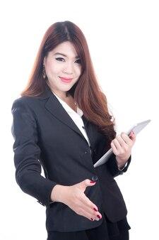Ritratto di una donna d'affari sorridente di successo che dà una mano