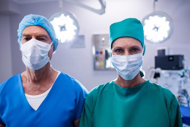 Ritratto dei chirurghi che indossano il teatro in funzione della maschera chirurgica