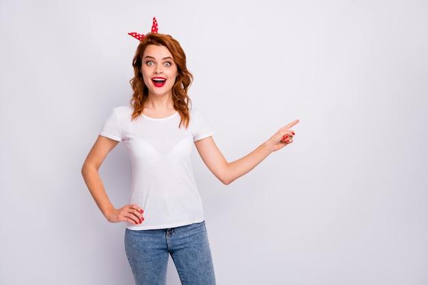 Ritratto di sorpreso ragazza pazza promotore punto dito indice copia spazio presente annunci scegliere decidere promozione impressionato urlo wow omg indossare abbigliamento elegante isolato bianco