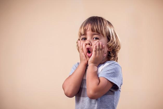 Ritratto di ragazzo bambino sorpreso. concetto di bambini ed emozioni
