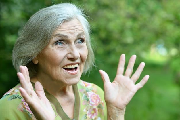 Ritratto di una donna anziana sorpresa nel parco estivo