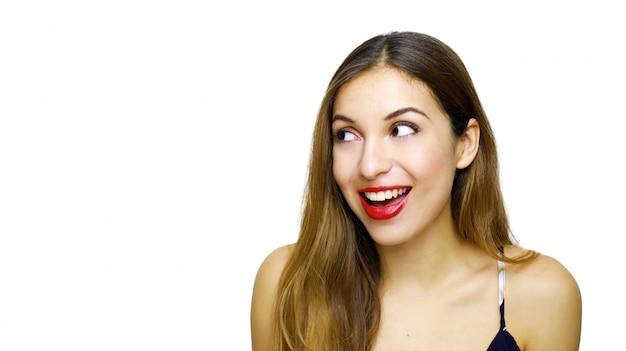 Ritratto di donna sorpresa con la bocca aperta che guarda lontano isolato