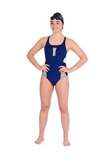 Ritratto del nuotatore in costume da bagno blu con occhiali e cappello da nuoto su sfondo bianco. concetto di sport.