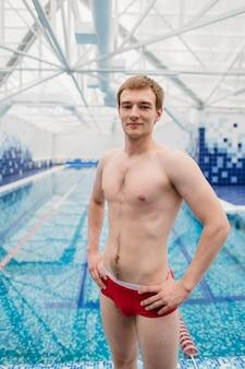 Il ritratto del nuotatore che sta con le armi ha attraversato al centro ricreativo
