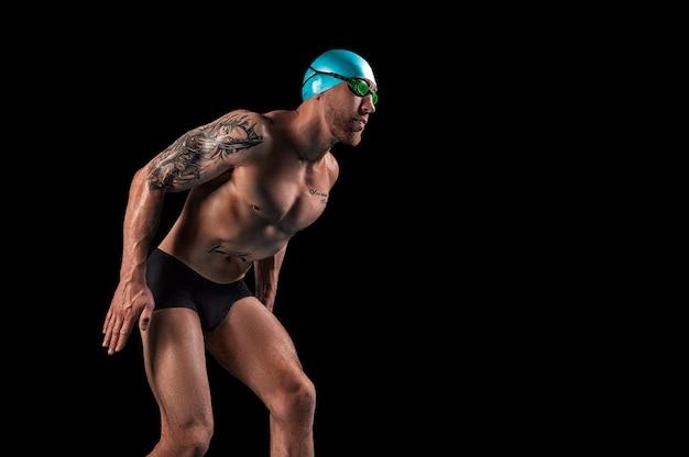 Ritratto di un nuotatore che si sta preparando per un salto.