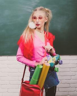 Ritratto di una studentessa adolescente affascinante giovane ragazza della scuola con occhiali da vista divertenti ...
