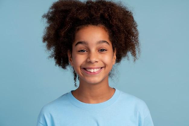 Ritratto di ragazza adolescente con i capelli ricci