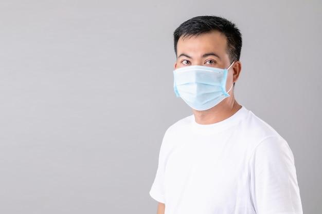 Ritratto di uomo tailandese che indossa una maschera protettiva