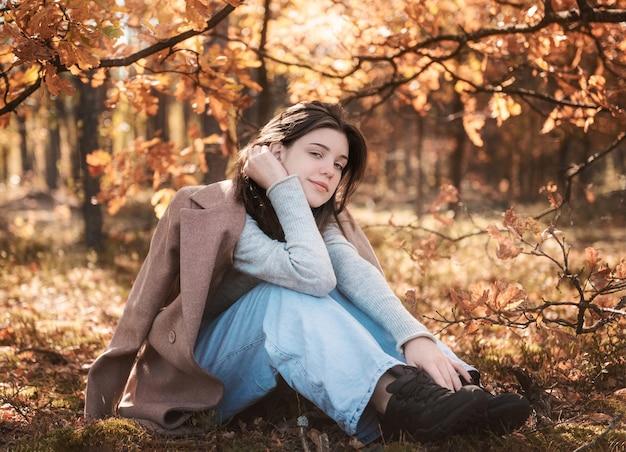 Ritratto di una ragazza premurosa e triste. colori autunnali. stile di vita. atmosfera autunnale. foresta
