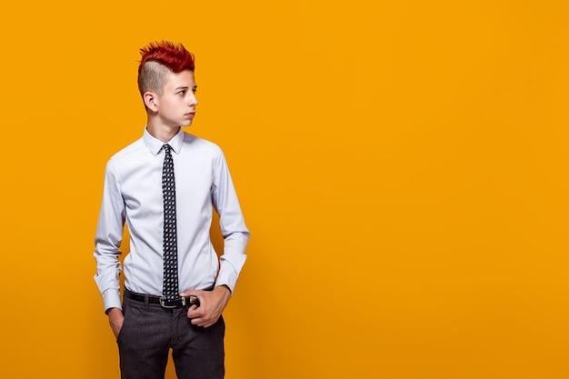 Il ritratto del ragazzo teenager premuroso distoglie lo sguardo, pose all'interno.