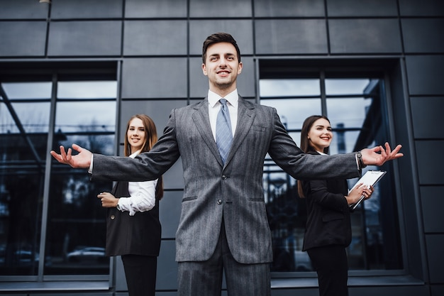 Ritratto di tre team di business creativi di successo che guarda l'obbiettivo e sorridente. diversi uomini d'affari!
