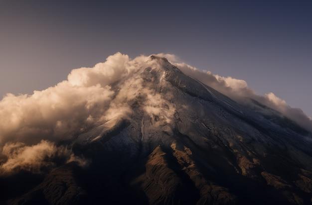 Ritratto della cima del monte taranaki in nuova zelanda