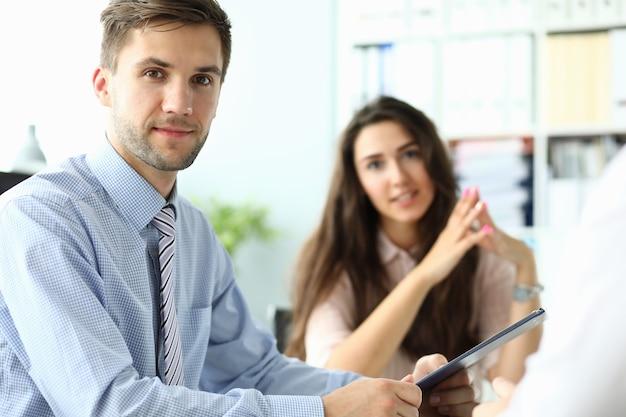 Ritratto di uomo alla moda in cravatta a righe, discutendo di qualcosa con il partner commerciale