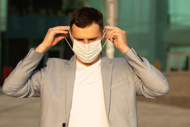 Ritratto di uomo alla moda che indossa una maschera protettiva, passeggiate in città
