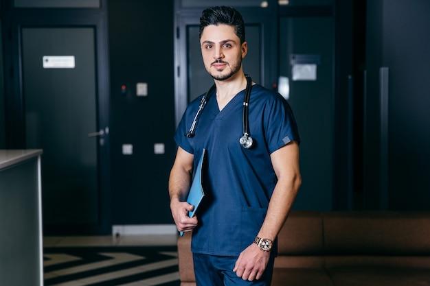 Ritratto di infermiere maschio turco o arabo