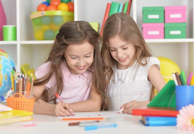 Ritratto di due belle bambine in classe